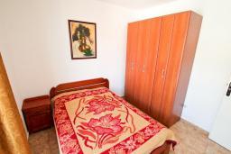Черногория, Добра Вода : Апартамент для 4 человек, с отдельной спальней, с балконом с видом на море, возле пляжа