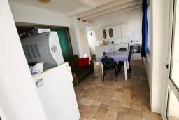 Гостиная. Черногория, Добра Вода : Роскошная 3-х этажная  вилла с 6 отдельными спальнями. 4-мя ванными комнатами, с большой террасой с лежаками с шикарным видом на море, возле пляжа