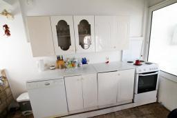 Кухня. Черногория, Добра Вода : Роскошная 3-х этажная  вилла с 6 отдельными спальнями. 4-мя ванными комнатами, с большой террасой с лежаками с шикарным видом на море, возле пляжа