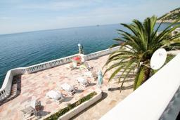 Вид на море. Черногория, Добра Вода : Роскошная 3-х этажная  вилла с 6 отдельными спальнями. 4-мя ванными комнатами, с большой террасой с лежаками с шикарным видом на море, возле пляжа