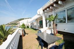 Терраса. Черногория, Добра Вода : Роскошная 3-х этажная  вилла с 6 отдельными спальнями. 4-мя ванными комнатами, с большой террасой с лежаками с шикарным видом на море, возле пляжа