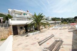 Территория. Черногория, Добра Вода : Роскошная 3-х этажная  вилла с 6 отдельными спальнями. 4-мя ванными комнатами, с большой террасой с лежаками с шикарным видом на море, возле пляжа