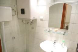 Ванная комната. Черногория, Петровац : Студия с террасой и видом на море
