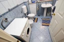 Ванная комната. Черногория, Бар : Апартамент для 4-6 человек, 2 отдельные спальни