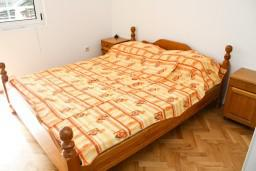 Спальня. Черногория, Бар : Апартамент с отдельной спальней в Баре