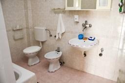 Ванная комната. Черногория, Бар : Апартамент с отдельной спальней в Баре