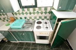 Кухня. Черногория, Шушань : Комфортная четырёхместная студия на первом этаже