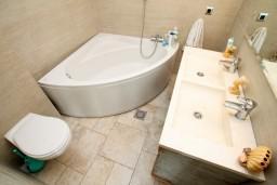 Ванная комната. Черногория, Шушань : Современная трёхместная студия в Баре