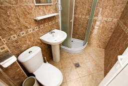 Ванная комната. Черногория, Шушань : Большая студия для 3-4 человек, 50 метров до моря