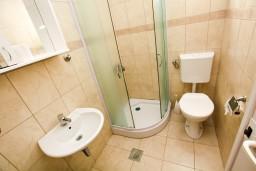 Ванная комната. Черногория, Шушань : Уютная студия с балконом