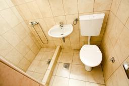 Ванная комната. Черногория, Шушань : Студия в Шушане в 400 метрах от моря