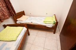 Спальня. Черногория, Шушань : Апартамент с отдельной спальней на первом этаже в 300 метрах от моря