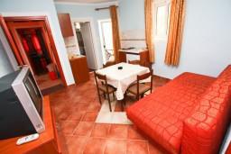 Гостиная. Черногория, Шушань : Апартамент с отдельной спальней в 300 метрах от моря