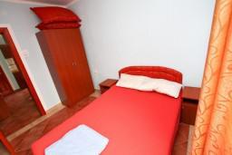 Спальня. Черногория, Шушань : Апартамент с отдельной спальней в 300 метрах от моря