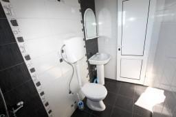 Ванная комната. Черногория, Шушань : Апартамент для 5-7 человек, 2 отдельные спальни, с балконом с шикарным видом на море
