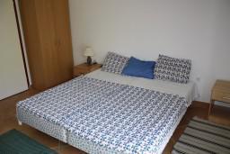 Студия (гостиная+кухня). Черногория, Игало : Студия на 3 этаже с балконом, видом на море на вилле с бассейном