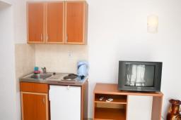 Кухня. Черногория, Шушань : Апартамент для 3-5 человек, с отдельной спальней