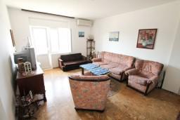 Гостиная. Черногория, Шушань : Апартамент для 12 человек, с 4-мя отдельными спальнями, с большой гостиной с кухней, с балконом с видом на море