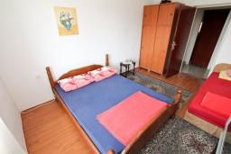 Спальня. Черногория, Шушань : Апартамент для 12 человек, с 4-мя отдельными спальнями, с большой гостиной с кухней, с балконом с видом на море