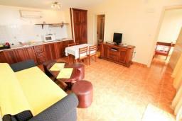 Гостиная. Черногория, Шушань : Апартамент для 4-6 человек, 2 отдельные спальни, 2 ванные комнаты (душ и джакузи), с балконом с видом на море и бассейн