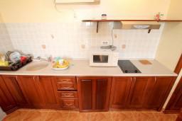 Кухня. Черногория, Шушань : Апартамент для 4-6 человек, 2 отдельные спальни, 2 ванные комнаты (душ и джакузи), с балконом с видом на море и бассейн