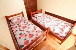 Спальня 2. Черногория, Шушань : Апартамент для 4-6 человек, 2 отдельные спальни, 2 ванные комнаты (душ и джакузи), с балконом с видом на море и бассейн