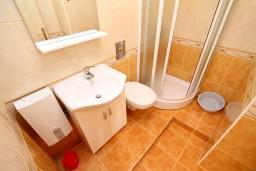 Ванная комната 2. Черногория, Шушань : Апартамент для 4-6 человек, 2 отдельные спальни, 2 ванные комнаты (душ и джакузи), с балконом с видом на море и бассейн
