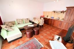 Гостиная. Черногория, Шушань : Апартамент для 2-4 человек, с отдельной спальней, терраса с бассейном