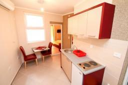 Кухня. Черногория, Шушань : Апартамент с отдельной спальней в 150 метрах от моря
