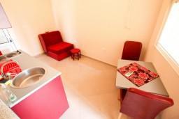 Гостиная. Черногория, Шушань : Апартамент с отдельной спальней в 150 метрах от моря