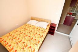 Спальня. Черногория, Шушань : Апартамент с отдельной спальней в 150 метрах от моря
