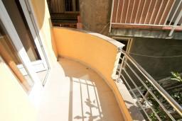 Балкон. Черногория, Шушань : Апартамент с отдельной спальней в 150 метрах от моря