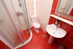 Ванная комната. Черногория, Шушань : Студия с балконом с видом на море, 50 метров до пляжа