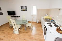 Кухня. Черногория, Шушань : Апартамент с отдельной спальней, с террасой с видом на море