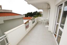 Балкон. Черногория, Шушань : Апартамент с отдельной спальней, с террасой с видом на море