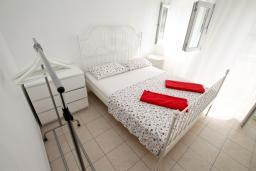 Спальня. Черногория, Чань : Апартамент с отдельной спальней с балконом в 600 метрах от моря