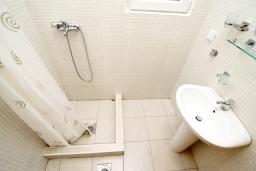 Ванная комната. Черногория, Чань : Апартамент с отдельной спальней с балконом в 600 метрах от моря