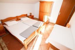 Спальня. Черногория, Сутоморе : Двухуровневый апартамент для 5 человек, 2 отдельные спальни, с террасой с шикарным видом на море, 50 метров до пляжа