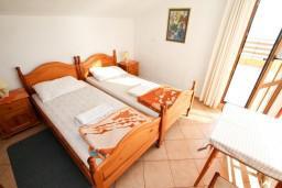 Спальня 2. Черногория, Сутоморе : Двухуровневый апартамент для 5 человек, 2 отдельные спальни, с террасой с шикарным видом на море, 50 метров до пляжа
