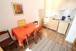 Кухня. Черногория, Сутоморе : Двухуровневый апартамент для 5 человек, 2 отдельные спальни, с террасой с шикарным видом на море, 50 метров до пляжа