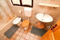 Ванная комната. Черногория, Сутоморе : Двухуровневый апартамент для 5 человек, 2 отдельные спальни, с террасой с шикарным видом на море, 50 метров до пляжа