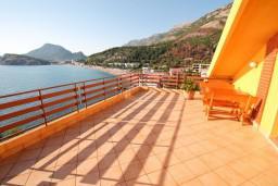 Терраса. Черногория, Сутоморе : Двухуровневый апартамент для 5 человек, 2 отдельные спальни, с террасой с шикарным видом на море, 50 метров до пляжа