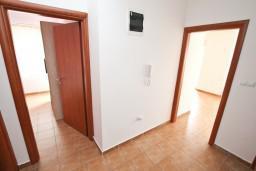 Коридор. Черногория, Кумбор : Апартамент с отдельной спальней, с бассейном, с двумя балконами и видом на море