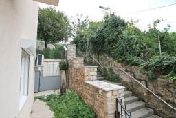 Вид. Черногория, Кумбор : Апартамент с отдельной спальней, с бассейном, с двумя балконами и видом на море