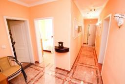 Коридор. Черногория, Сутоморе : Роскошный апартамент для 9 человек, с большой гостиной и кухней, с 4-мя отдельными спальнями, с 2-мя ванными комнатами