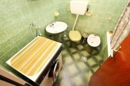 Ванная комната. Черногория, Бигова : Студия для 2 человек, 50 метров до моря