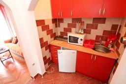 Кухня. Черногория, Бигова : Студия для 3-4 человек, с балконом с видом   на море, 50 метров до пляжа
