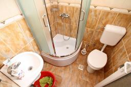 Ванная комната. Черногория, Бигова : Студия с террасой с видом на море, 50 метров до пляжа