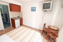 Студия (гостиная+кухня). Черногория, Муо : Студия с балконом с шикарным видом на море, 20 метров до пляжа