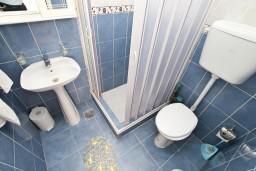 Ванная комната. Черногория, Муо : Студия с балконом с шикарным видом на море, 20 метров до пляжа